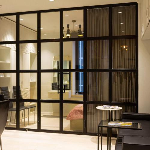 Перегородки стеклянные в стиле лофт с распашными дверями