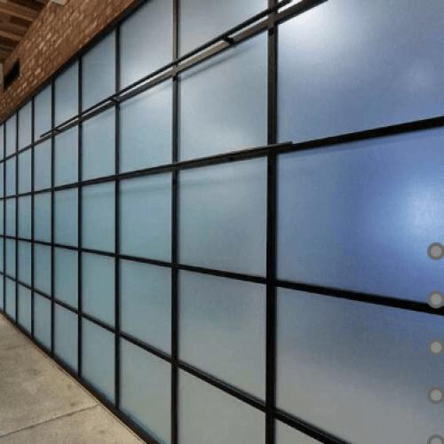 Раздвижные с матовым стеклом в офисных помещениях